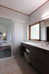 浴室の扉を引き戸に変更したので空間よ有効に使えます