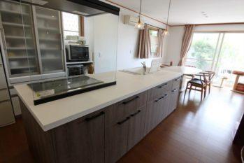 存在感抜群のアイランドキッチン。ダイニングと横並びの配置で調理や配膳をスムーズにこなせます。