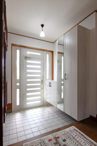 玄関収納を増設して玄関廻りスッキリ
