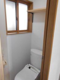 トイレにはちょっとした棚を付けました。小物を収納できるのであると便利ですね♪
