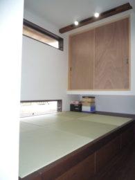 元々キッチンがあったところに仏壇を置くために畳が丘を設けました。下が収納になっているので無駄なく使えます。