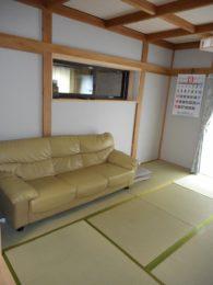 和室の天井と壁はクロス貼りにしました。新しいイグサのいい香りがします!